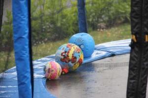 Trampolin im Regen