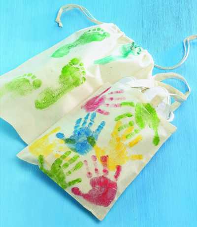 Basteltipp: Kunterbunte Taschen mit Hand- oder Fußdruck