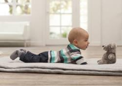 Gesundes Baby beim Spielen