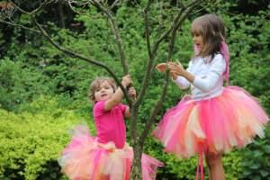 zwei verkleidete Kinder spielen Theater
