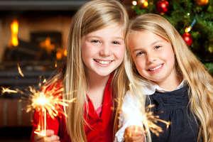zwei Mädchen mit Wunderkerzen
