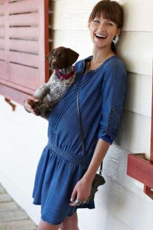 glückliche Schwangere mit Hund