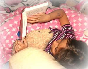 Ein Mädchen liest im Bett