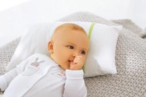 Ein Baby in seinem süßen Babystrampler