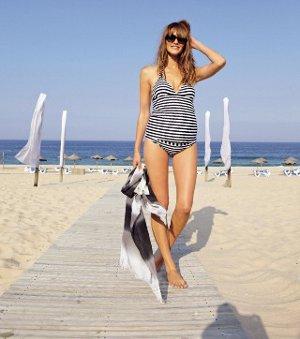 Schwangere im Badeanzug am Strand