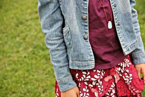 Mädchen mit Jeansjacke, T-Shirt und Rock von Vertbaudet