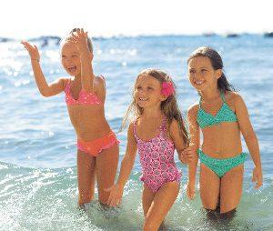 Drei Mädchen planschen im Meer