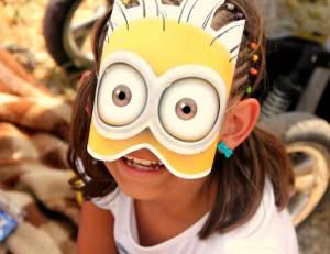 Mädchen mit Maske bei der Tour de France
