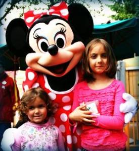2 Mädchen mit Minnie Maus in Euro Disney