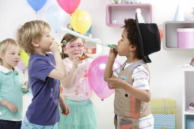 feiernde Kinder