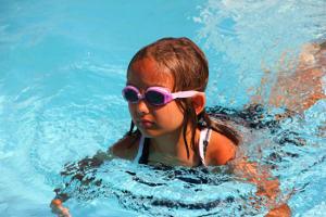 Schimmendes Mädchen mit Schwimmbrille