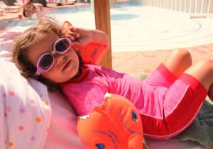 Mädchen während der Schwimmpause auf der Sonnenliege