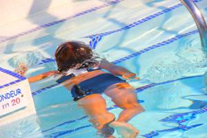 Tauchendes Mädchen im Schwimmbad