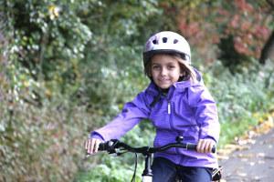 Mädchen macht eine Testfahrt auf dem Fahrrad