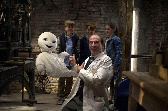 """Szenenbild aus """"Das kleine Gespenst"""" mit Gespenst, drei Kindern und einem Doktor"""