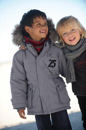 2 Jungen warm eingepackt in Jacke und Schal