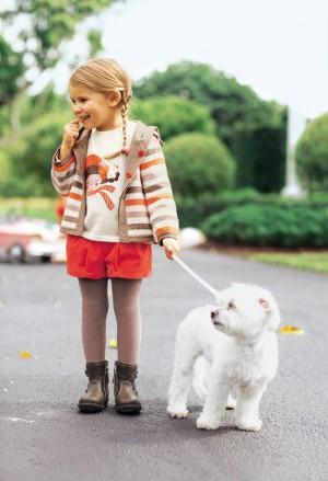 Mädchen mit einem weißen Hund