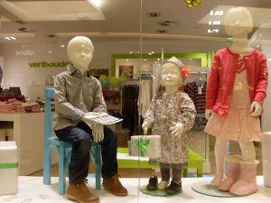 3 Kinder-Schaufensterpuppen freuen sich auf Weihnachten