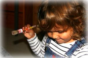 Mädchen ist konzentriert beim Basteln