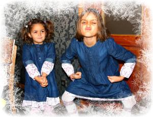 2 Mädchen in Kleidern beim Spielen