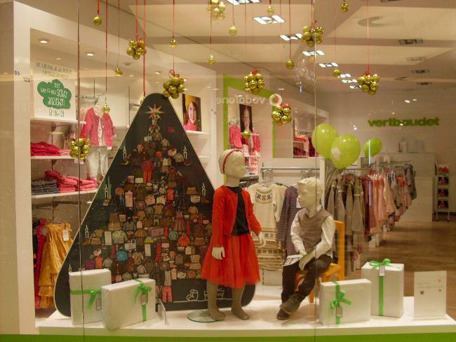 weihnachtlich geschmückter vertbaudet-Store - Schaufenster