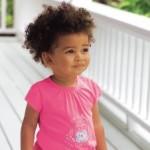 Kleines Mädchen auf der Veranda