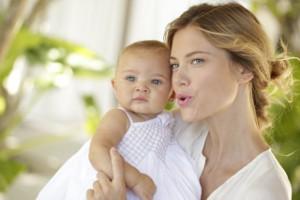 Mutter erzählt und zeigt ihrem Baby etwas