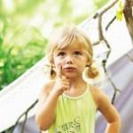 Kleines Mädchen grübelt über ihren Traumberuf