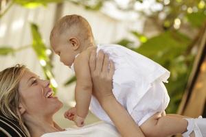 Sommerliches Foto von Mutter und Kind - in Weiß gekleidet