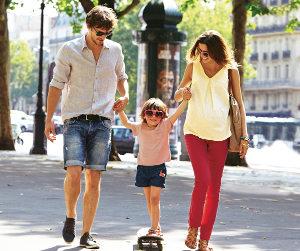 Schwangere Mutter, Vater und Kind in der Stadt