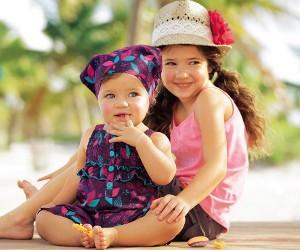 2 junge Mädchen lächeln und zeigen Zähne