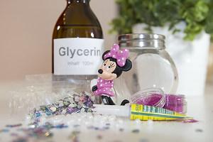 Bastelmaterialien für ein Glitzerglas mit Minnie Maus-Figur