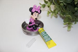 Minnie Maus-Figur auf Marmeladenglasdeckel kleben