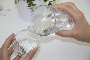 Marmeladenglas mit Wasser befüllen