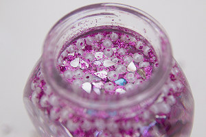 gefülltes Marmeladenglas mit Glitzersteinchen