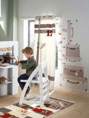 Jungenzimmer mit großem Messlattensticker mit Koffern an der Wand