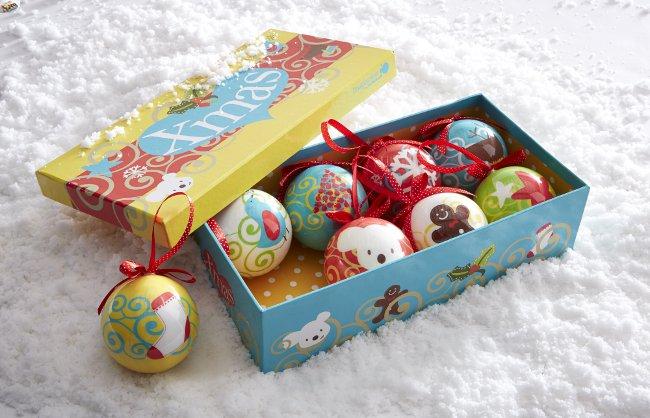Bunte Weihnachtskugeln in Geschenkverpackung