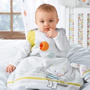 Sitzendes Baby im Schlafsack
