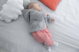 Ein Baby hält Mittagsschlaf