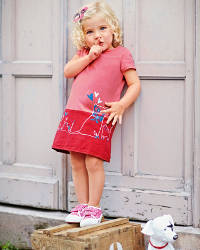 Kleines Mädchen macht Psst-Zeichen
