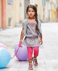Kleines Mädchen mit großen Ballons auf der Straße