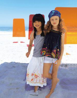 2 Mädchen am sommerlichen Strand