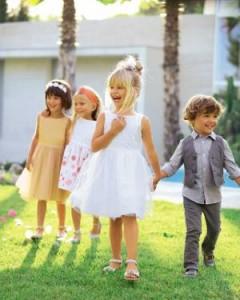 4 Kinder gehen zur Gartenparty