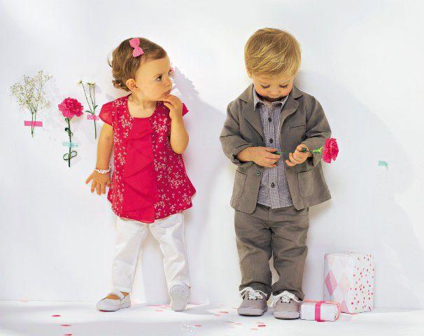Festlich gekleidetr Junge und Mädchen beim Mottogeburtstag