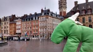 Grüner Stoffesel vor Stadtansicht