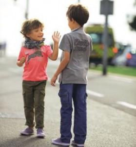 2 Jungen auf der Straße