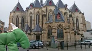 Grüner Esel vor Kirche
