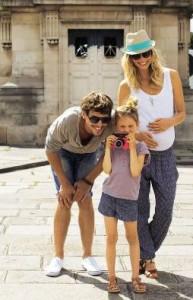Mädchen mit ihren Eltern beim Sightseeing
