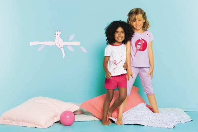 2 Mädchen mit Kissen bei einer Pyjamaparty