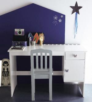 ein schöner, aufgeräumter Schreibtisch für Mädchen
